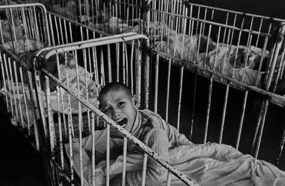 Child in a Romanian orphanage, photograph by James Nachtwey (1990).